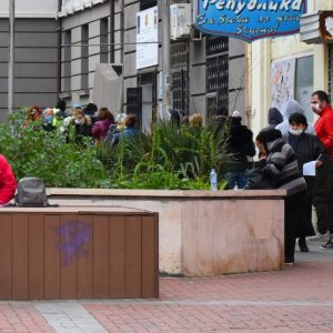Опашки се вият пред Бюрото по труда във Варна (СНИМКИ)