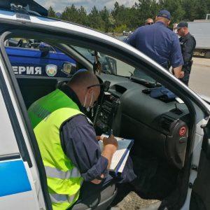 Полицаи отнеха книжката на мъж и го глобиха 2 бона, докато се вози в такси