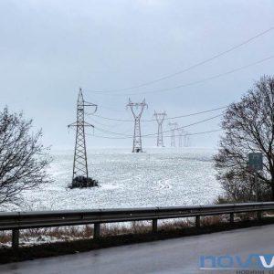 Скъсани електропроводи оставиха десетки села без ток в добричко