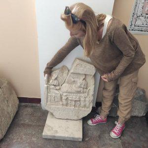 Варненски археолог разказа какво изобразява намереният паметник от трети век (СНИМКИ)