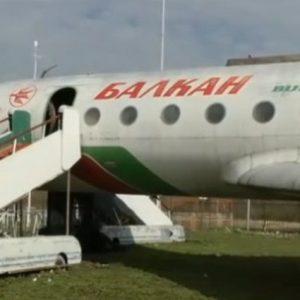 Ентусиасти превръщат изоставен край Дунав самолет в атракция