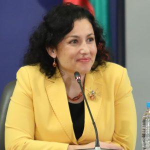 Министър Десислава Танева на обиколка из фермерски базар