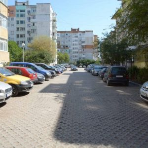 Продължава изграждането на паркоместа между блоковете във Варна (СНИМКИ)