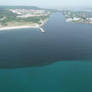 Ремонтират тръбата, изливаща хиляди кубически метри фекалии във Варненския залив